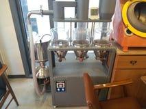 Une boisson se composant d'une décoction ou d'une infusion de la terre rôtie ou des grains de café écrasés de graines image stock
