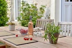 Une boisson sur une table dans la terrasse Photographie stock