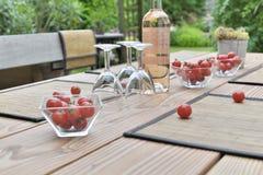 Une boisson sur une table dans un jardin Photos libres de droits