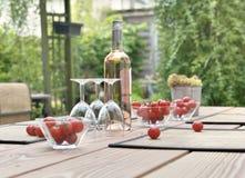 Une boisson sur une terrasse d'un jardin Images stock