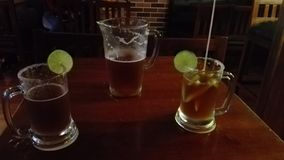 Une bonne bière avec le citron-michelada images stock