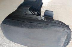 Une botte noire, une fonte ou des chaussures orthopédique ou médicale photographie stock libre de droits