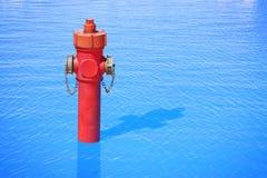 Une bouche d'incendie improbable dans l'oc?an Abondance de l'eau : image de concept image libre de droits