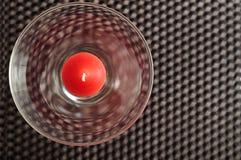 Une bougie rouge dans un verre Photo libre de droits