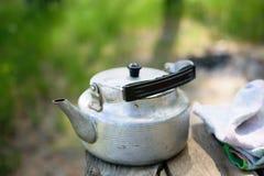 Une bouilloire sur une table en bois Photo stock