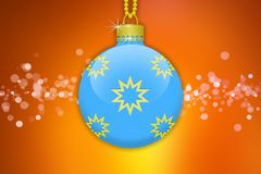 Une boule accrochante bleu-clair d'arbre de Noël avec les ornements d'or d'étoiles sur un fond orange avec la fusée de lentille Photos libres de droits