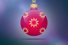 Une boule accrochante rouge simple d'arbre de Noël avec les ornements jaunes et d'or d'étoiles sur un fond rose bleu de bokeh ave Photos libres de droits
