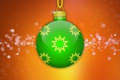 Une boule accrochante vert clair d'arbre de Noël avec les ornements d'or d'étoiles sur un fond orange avec la fusée de lentille Photographie stock libre de droits