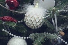 Une boule blanche de vintage sur des branches d'arbre de sapin Photographie stock libre de droits