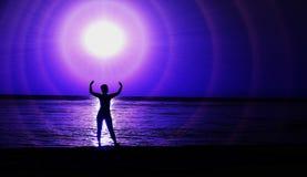 Une boule brillante au-dessus de la mer Anneaux légers autour photographie stock libre de droits