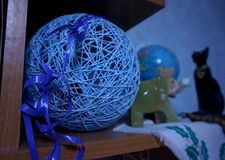 Une boule décorative bleue des fils et d'une figurine d'un éléphant sur une étagère Photos libres de droits