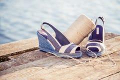 Une boule de fil autour des sandales de femmes, chaussures dehors Images stock