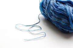 Une boule de fil de laine bleu closeup D'isolement sur le fond blanc Image stock