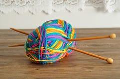 Une boule de laine avec des aiguilles de tricotage Photo libre de droits