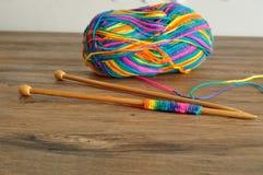 Une boule de laine avec des aiguilles de tricotage Images libres de droits