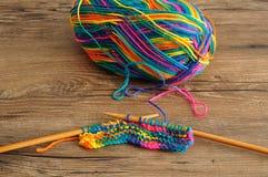 Une boule de laine avec des aiguilles de tricotage Image stock