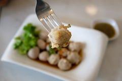 Une boule de porc sur la fourchette dans le restaurant thaïlandais Images stock