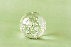 Une boule en verre avec les bulles intérieures Image libre de droits