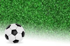 Une boule et un fragment d'un terrain de football Photos libres de droits