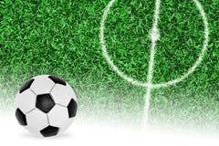 Une boule et un fragment d'un terrain de football avec un cercle central Photo stock