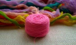 Une boule ronde de fil rose Photographie stock