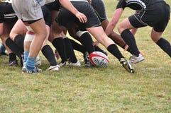 Une bousculade dans une allumette de rugby de l'université des femmes Image stock
