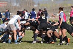 Une bousculade dans une allumette de rugby de l'université des femmes Photographie stock