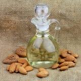 Une bouteille d'huile d'amandes avec des noix images libres de droits