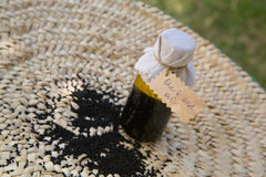 Une bouteille d'huile de graines noire photo libre de droits