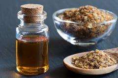 Une bouteille d'huile essentielle de myrrhe avec de la résine de myrrhe Photographie stock