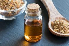 Une bouteille d'huile essentielle de myrrhe avec de la résine de myrrhe Photos stock