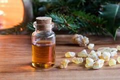 Une bouteille d'huile essentielle d'encens avec de la résine d'encens Images stock