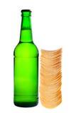 Une bouteille de bière et de pommes chips Image stock