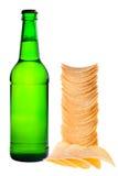Une bouteille de bière et de pommes chips Photo libre de droits