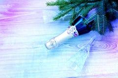 Une bouteille de champagne et de deux verres cristal vides Photo stock
