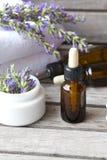 Une bouteille de compte-gouttes d'huile essentielle de lavande closeup Photo stock