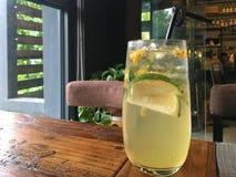 Une bouteille de l'eau de citron dans la barre photos stock