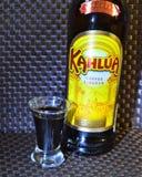 Une bouteille de liqueur de café Kahlua avec un tir Images stock