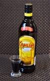 Une bouteille de liqueur de café Kahlua avec un tir Image stock