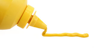 Une bouteille de moutarde jaune Image libre de droits