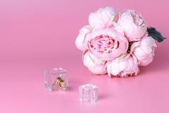 Une bouteille de parfum en verre, un parfum femelle, un accessoire pour la beauté Photo stock