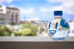 Une bouteille de sourire de l'eau sur le ciel bleu Photo stock