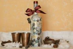 Une bouteille de vin avec une décoration de fête Images libres de droits