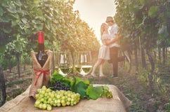 Une bouteille de vin, de vigne et de verre de vin sur le fond du Th Image stock