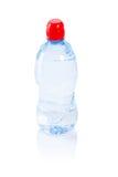 Bouteille simple avec de l'eau d'isolement sur le blanc Image stock