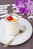 Une bouteille de yaourt Photo stock