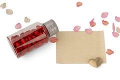 Une bouteille a rempli de coeur et pétales et papier sur le backgro blanc illustration stock
