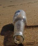 Une bouteille sur la plage Photos libres de droits