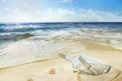 Une bouteille sur le bord de la mer photographie stock libre de droits