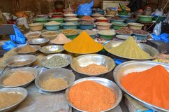 Une boutique d'épice dans la rue de nourriture, Lahore, Pakistan Photographie stock libre de droits
